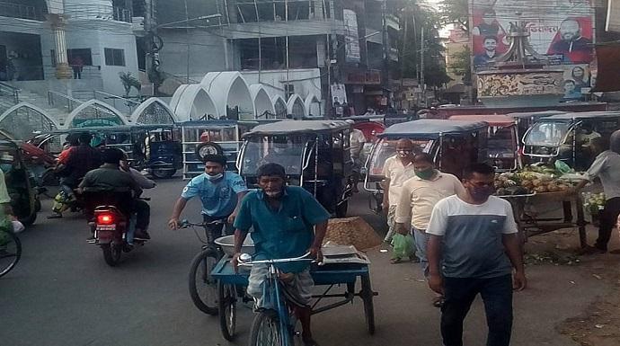 চাঁদপুর শহরে লকডাউনকে উপেক্ষা করে জনসমাগম